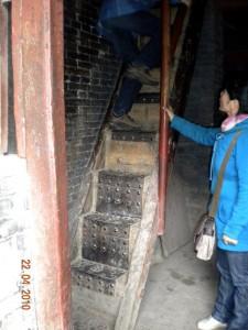 J12 Temple suspendu 7 escalier 84
